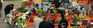 Розничная торговля товарами с торговых мест на рынках